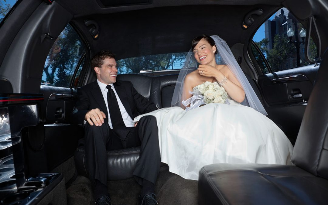 Невеста сосет хуй у мужа в лимузине